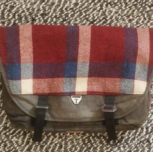 2f0f283583a6 Trakke Wee Lug Harris Tweed Messenger Bag. M 5ae508673afbbd16e6e0c6c1